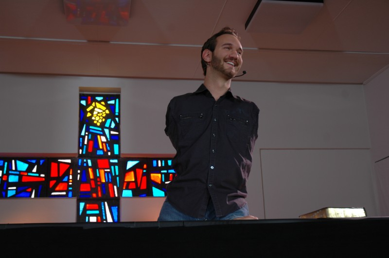 Nick_Vujicic_speaking_in_a_church_in_Ehringshausen,_Germany_-_20110401-01