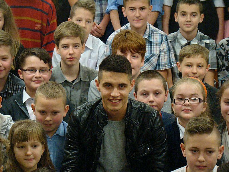 Bartosz Kapustka podczas spotkania z uczniami